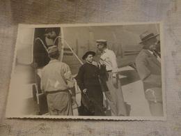 FOTO  CARTOLINA ANNI 40 PRELATO CHE SCENDE DA AEREO-MOVIMENTATA-NUOVA NON VIAGGIATA FORMATO PICCOLO - Aviazione