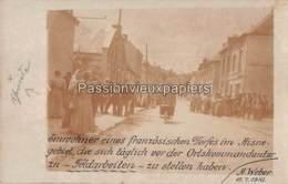 CARTE PHOTO ALLEMANDE  HABITANTS D'une VILLE De L'AISNE 1916  LES HABITANTES ATTENDENT AVANT DE PARTIR AUX CHAMPS - Autres Communes