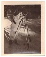 HOMME PREND DES MESURES AVEC UN APPAREIL DE TOPOGRAPHIE 5/11/58  PHOTO SEPIA - Métiers