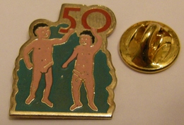 HUMOUR SEXE 50 LA QUILLE DEUX JEUNES HOMMES EN PLEINE FORME Pin Pin's Pins - Otros