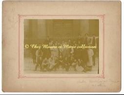PARIS 1901 - L ATELIER GODEFROY ET FREYNET BEAUX ARTS - 22 ELEVES - CDV PHOTO 17 X 12.5 CM SUPPORT 27 X 21 CM - Métiers