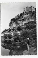 (RECTO / VERSO) BEYNAC ET CAZENAC EN 1960 - PECHEUR A LA LIGNE - BEAU CACHET - PETITS PLIS ANGLES - CPSM GF VOYAGEE - France