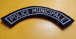POLICE MUNICIPALE, Titre D'épaule, Fond Noir, Lettres Argent,OBSOLETE , BON ETAT VOIR PHOTO . . POUR TOUT RENSEIGNEMENT - Polizia