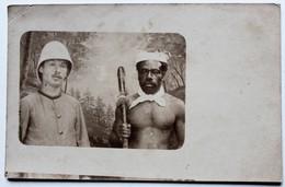 Carte Photo Soldat Casque Colonial Avec Guerrier Kanak Nouvelle Calédonie Pinçon Pinson épicier à Rénazé 53 - Personnages