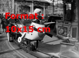 Reproduction D'une Photographie Ancienne D'un Portrait D'un Enfant Dans Un Avion D'un Manège De La Foire Du Trône 1933 - Repro's