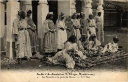 CPA ND 4 Les Favorites A La Porte Du Harem ALGERIE (799216) - Mujeres