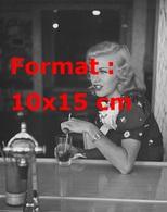 Reproduction D'une Photographie Ancienne De Ginger Rogers Buvant Du Coca Cola - Reproductions