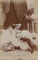 CPA Vers 1900/20 - Jeune Femme Allongée Sur Son Lit - Authentique - Format 9 X 14cm - Nus Adultes (< 1960)