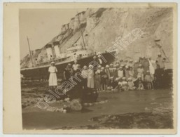 Paquebot Newhaven échoué Sous La Falaise De Berneval Entre Le Tréport Et Dieppe . Groupe Scolaire Posant Devant . 1924 . - Bateaux