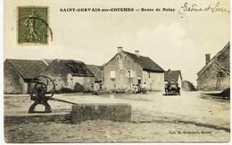 6560 - Saone Et Loire - SAINT GERVAIS Sur COUCHES : Route De Nolay  , Voiture , Le Puits (disparu ??) - Other Municipalities