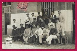 Carte Photo Militaria - Un Groupe De Militaires - Document Expédié En 1906 De Moulins Sur Allier Dans L'Allier - Reggimenti