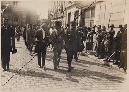 Photo Militaire Méaux Le Maréchal Foch Donnant Le Bras Au Général Maunoury Aveugle 1920 - Guerre, Militaire