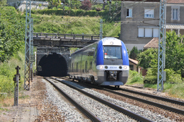 Angoulême (16 - France) 30 Mai 2009 - L'automotrice B81690 Débouche Du Tunnel D'Angoulême En Direction De  Royan - Trains