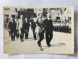 Photographie De Adolf Hitler Défilé Et Salut Aux Militaires - Documents