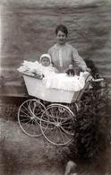 Carte Photo Originale Landau & Une Mère Accompagnant Son Bébé Et Sa Poupée Vers 1900 - Broderie & Vieux Landau - Personnes Anonymes