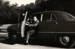 Photo Originale Ford Tudor Et Son Séducteur Playboy De Conducteur En Descendant En 1955 à Vancouver - Automobiles