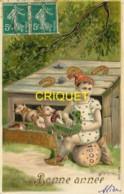 Bonne Année, Superbe Carte Gaufrée, Fillette Assise Sur Un Magot, Porcelets, Fer à Cheval, Trèfles, Champignons... - Nouvel An