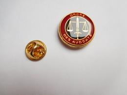 Superbe Pin's , Administration , Justice , Ordre Des Avocats , Barreau , Avocat , Magistrature - Administrations