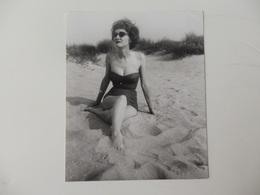 Belle Photo 12,5 Cm/15cm D'une Pin-up Avec Son Maillot De Bain Couture Des Années 1940 à La Plage. - Pin-ups