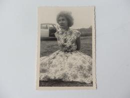 Belle Photo D'une Robe Couture Et Voiture Ancienne Des Années 1940. - Pin-ups