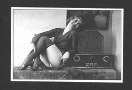 PIN UPS - HUMOUR - JOLIE JEUNE FILLE QUI ÉCOUTE LA RADIO EN PETITE TENUE DANS LES ANNÉES 1940 - Pin-Ups
