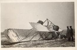 CARTE PHOTO FRANÇAISE - AVIATION - AVION BIPLAN FRANÇAIS AYANT CAPOTE DANS LA NEIGE - GUERRE 1914 1918 - 1914-18