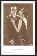 AK Schauspieler Rudolph Valentino Mit Seiner Filmpartnerin In Einer Szene - Schauspieler
