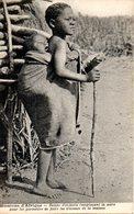 Mission D'afrique. Bonne D'enfants Remplaçant La Mère Pour Lui Permettre De Faire Les Travaux De La Maison - Missions