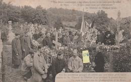Groupe De Soldats Venus Prier Sur La Tombe De Sr Thérèse De L'Enfant Jésus Pendant La Guerre 1915  EN ETAT - Militari