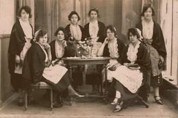 Photo Ancienne / Carte-Photo 8 Jeunes Femmes En Intérieur,tenue Avec Coiffe Identique ,envoi De Belgique (Wervicq?) 1923 - Personnes Anonymes