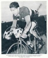 CYCLISME : PHOTO (1955), PARIS-ROUBAIX, JEAN FORESTIER ECHAPPE S'IMPOSE EN SOLITAIRE, COUPURE LIVRE - Cyclisme