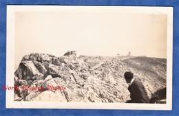 Photo Ancienne Snapshot - Homme à La Pointe Du RAZ - Finistère Bretagne Plogoff Rocher Roc - Barcos