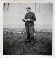 Photo D'un Soldat Espagnol  Prisonnier Lisant Une Lettre  Dans Un Stalag En 39-45 - Guerre, Militaire