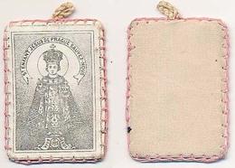 """Médaille Religieuse En Tissus Cartonné 38 X 53 Mm """"St Enfant Jésus De Prague Sauvez-nous"""" - Religion & Esotérisme"""