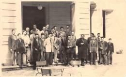 VAUCLUSE  84  BOLLENE - CARTE PHOTO  GROUPE D'HOMMES  PHOTO PRISE EN AVRIL 1953 - Bollene