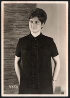 C2072 - Foto Mode - Helene Herold Stickerei Wäschefabrik Klingenthal - Werbefoto Werbung - Hübsche Junge Frau Im Kleid - Mode