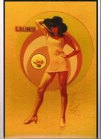 """LAURIS: Photo Originale D'une Jeune Femme Court Vêtue Devant Le Panneau """" Lauris """" - 20 X 30 Cm - - Pin-Ups"""