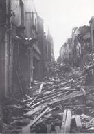 Coutances Rue Saint Nicolas Le Soir Du Bombardement Du 6 Juin 1944 éditions Brosset échoppe Dimention 170x120 Milimetre - Coutances
