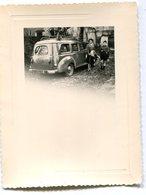 Photo D'une Femme Avec Un Garcon A Coté D'une Voiture - Cars