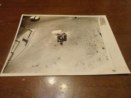 FOTOGRAFIA POMPA DI BENZINA VISTA DALL'ALTO ANNI 50-60 - Mestieri
