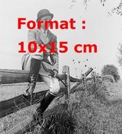 Reproduction D'une Photographie Ancienne D'une Jeune Femme En Tenue De Chasseur à Courre En 1955 - Reproductions