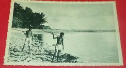 CARTE POSTALE OCEANIE:CAROLINES, DRESSES SUR LE RECIF DE CORAIL CES PETITS CANAQUES GUETTENT LE POISSON,  ETAT VOIR PHOT - Micronesia