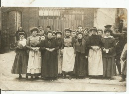 CARTE - PHOTO...une Quinzaine D'ouvrieres Devant Le Portail De L'usine....voir Coiffures ...bon Cliché - Cartes Postales