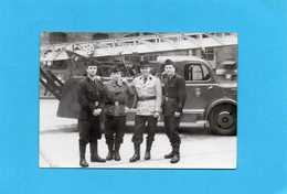 Photo Originale -  Sapeurs-Pompiers Devant Un Camion Grande échelle, Gradés - Professions