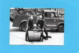 Photo Originale -  Sapeurs-Pompiers Devant Un Dévideur, Camion Grande échelle - Professions