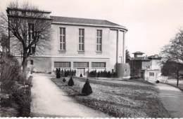 01 - TREVOUX : La Salle Des Fêtes - CPSM Dentelée Noir Blanc Format CPA - Ain - Trévoux