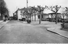 01 - TREVOUX : La  Place De La Terrasse - CPSM Dentelée Noir Blanc Format CPA - Ain - Trévoux