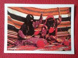 POSTAL POST CARD CARTE POSTALE YOUNG BEDOUIN WOMEN MUJERES BEDUINAS JÓVENES KINGDOM OF SAUDI ARABIA IN HAND MADE RUG VER - Arabia Saudita