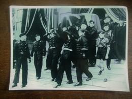 Mannen In Uniform Dragen De Lijkkist - Guerre, Militaire