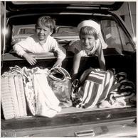 Grande Photo Carrée Originale Portrait D'Enfants Et Chargement Pour Une Journée Plage-Pique Nique Vue Du Coffre 1960/70 - Automobiles